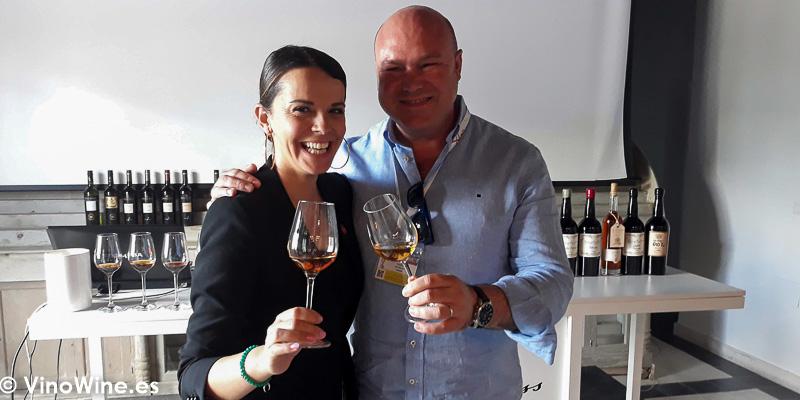 Foto con Silvia Flores de Bodegas Gonzalez Byass despues de la cata de Reliquias Líquidas celebrada en Vinoble