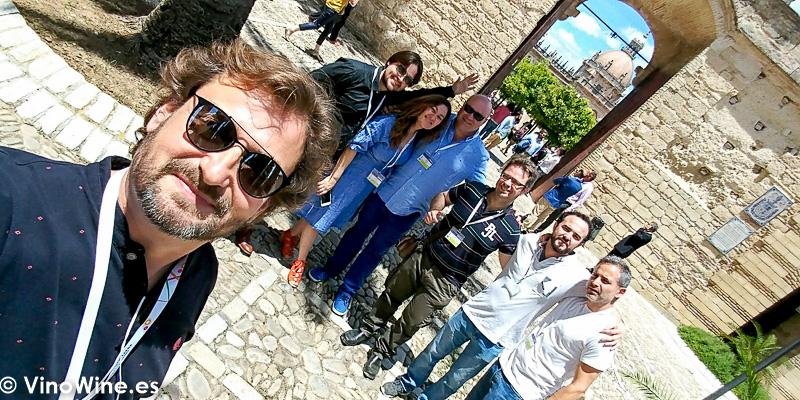 Selfie con Rocio Ruiz y Mario de Bodegas Urium en la puerta del Alcazar de Jerez donde se celebra Vinoble