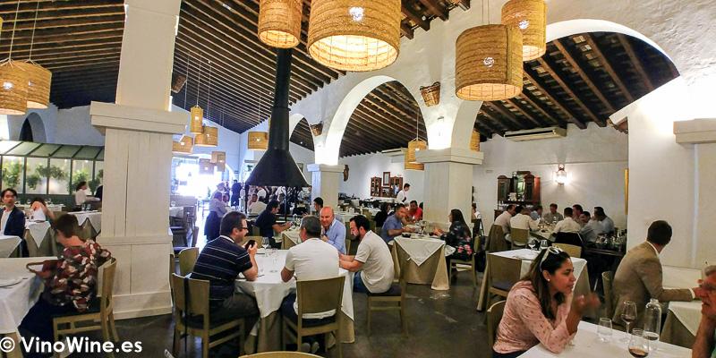 Vista parcial del comedor del Restaurante La Carbona de Jerez visitado en el transcurso de Vinoble