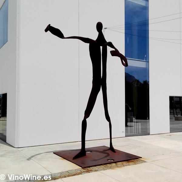 Escultura a la entrada del Restaurante Aticcook en Denia
