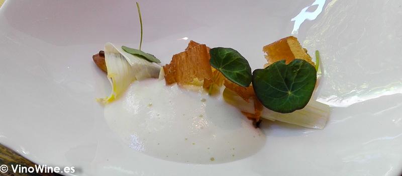 Esparrago blanco mejillones y jamón de ciervo del Restaurante Amelia de San Sebastian