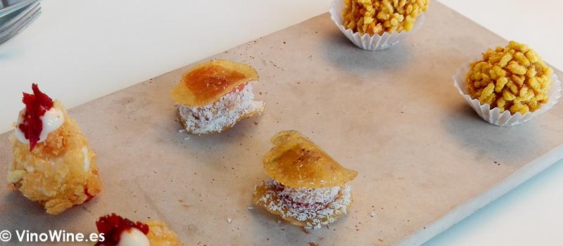huevo frito con patata y jamon crujiente de platano foie membrillo y coco y una croqueta de arros al forn del Restaurante Aticcook en Denia