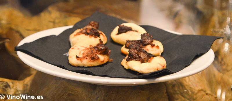 Aperitivo de cortesia cocas de morcilla del Restaurante Ca Joan de Altea en Alicante