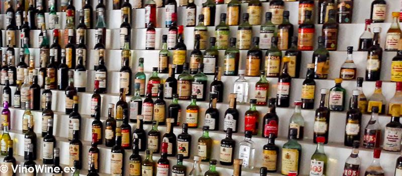 Colección de botellas en miniatura a la entrada de la sala de catas de González Byass