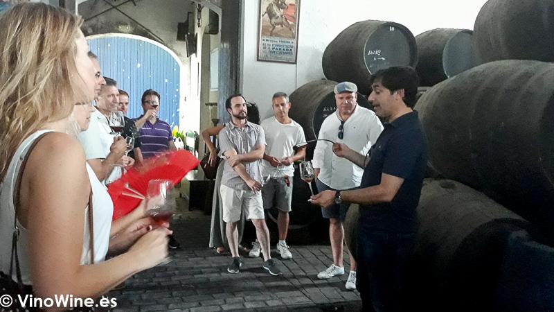 Atentos a las explicaciones de Gabriel Raya en el transcurso de la visita a Los Angeles de Bodegas Yuste en Sanlucar