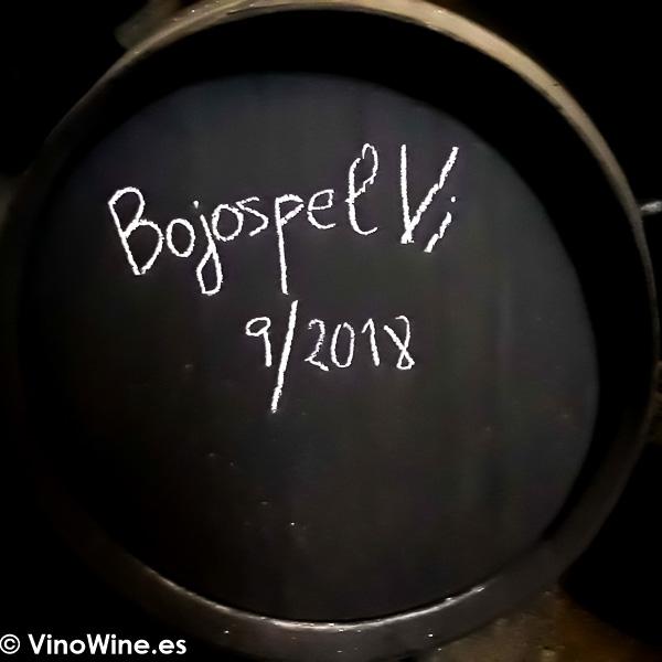 Bota firmada por los Bojos pel Vi durante la visita a Santa Ana de Bodegas Yuste en Sanlúcar