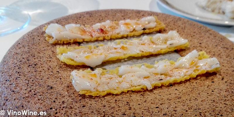 Tostas crujientes elaboradas con la piel de morena del Restaurante Quique Dacosta en Denia
