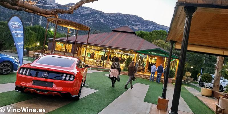 Exterior del Restaurante La Escaleta con promocion de coches del grupo Ford La Odisea Muestra de vinos Homericos