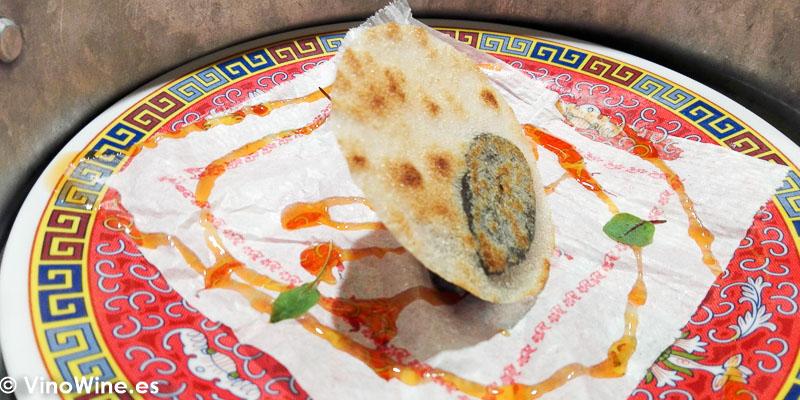 Bocata de calamares XO chipirones rehogados allioli picante y pan crujiente son salsa agridulce del Restaurante Diverxo en Madrid