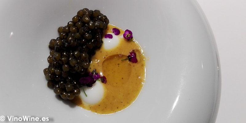 Caviar asado tandori con curri vindaloo y yogur griego del Restaurante Diverxo de Madrid