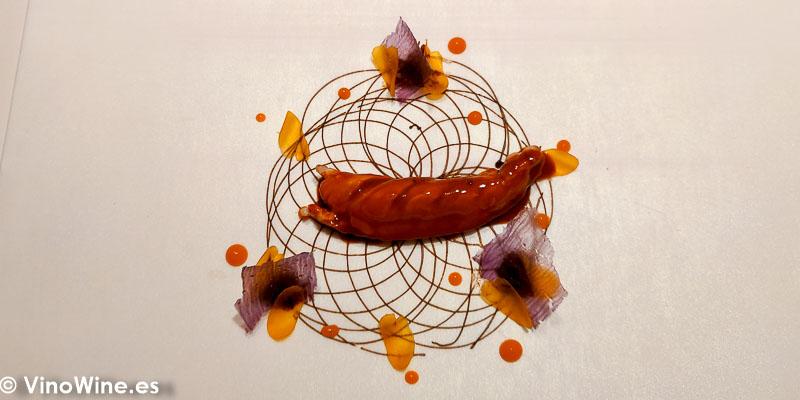 Cigala de tronco asada y reposada con su bordalesa, mantequilla de ajo negro, cremoso acidulce de chiles y salsa XO