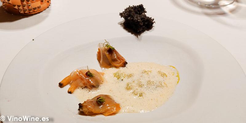 Clam chowder a la mantequilla de bufala y riesling almejas de la ria envueltas en papada iberica tapioca a las finas hierbas y sesamo negro en el Restaurante Diverxo en Madrid