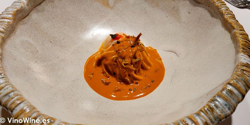 Chupé peruano de centolla gallega y angulas estofadas al momento, maracuyá, huevo de codorniz, huacatay y sirashi bushi en el Restaurante Diverxo en Madrid