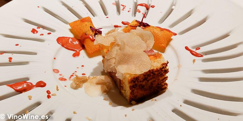 Katsu sando de ventresca de atun rojo crujiente brioche de mantequilla tostada salsa japonesa botarga y trufa blanca patatas sufle y ketchup casero de tomatito de arbol del Restaurante Diverxo de Madrid