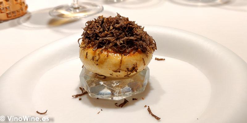 Naan de queso al vapor con trufa, maiz y parmesano acidulado del Restaurante Diverxo en Madrid