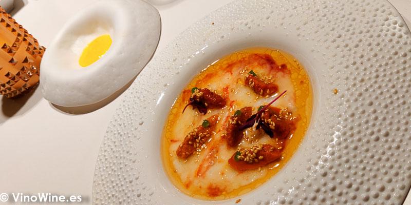 Frito al revés de carpacho de gamba roja, aliño japonés, erizo, sésamo asado y una salsa bearnesa en el Restaurante DiverXo en Madrid