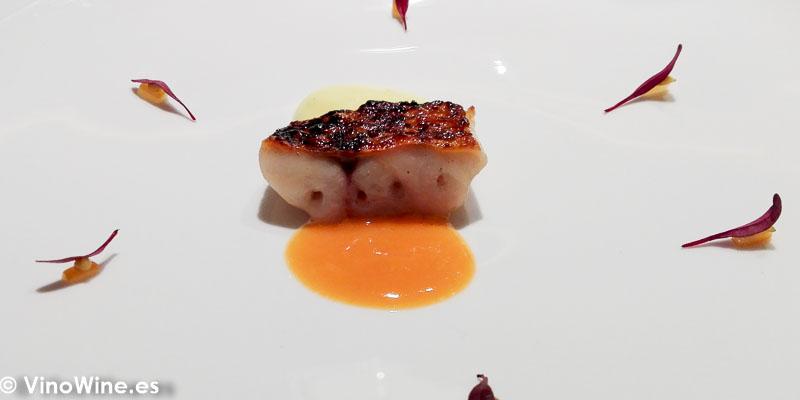 Salmonete yakitori cocinado a la espalda con su aceite tostado, guiso meloso de sus interiores con olluco, jugo de chorizo de caserío y limón marroquí