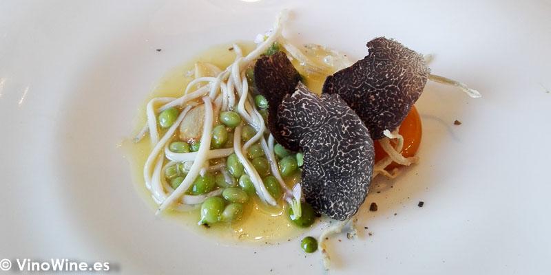Angulas del Molinell crujientes sobre yema de huevo albardado y olleta de guisantes de costa del restaurante Peix i Brases de Denia
