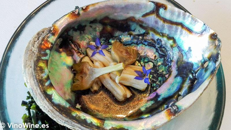 Avalon de espardenyes a la brasa con jugo de verdura asada y alcachofas tiernas del restaurante Peix i Brases en Denia