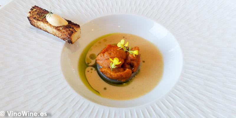 Bisque de erizos con guiso de habas a la hierba buena y menudillos de buey mertolengo del restaurante Peix i Brases en Denia
