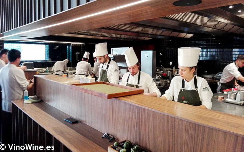 Cocina a la vista del Restaurante Ricard Camarena en Valencia