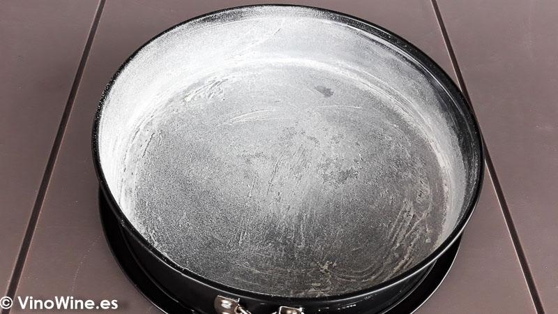 Molde enharinado para la elaborar la tarta mud cake de chocolate