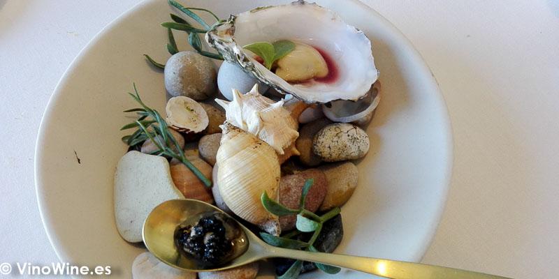 Ostra valenciana alinada con vinagre de fondillon bocado de sus barbas con caviar persicus del restaurante Peix i Brases en Denia