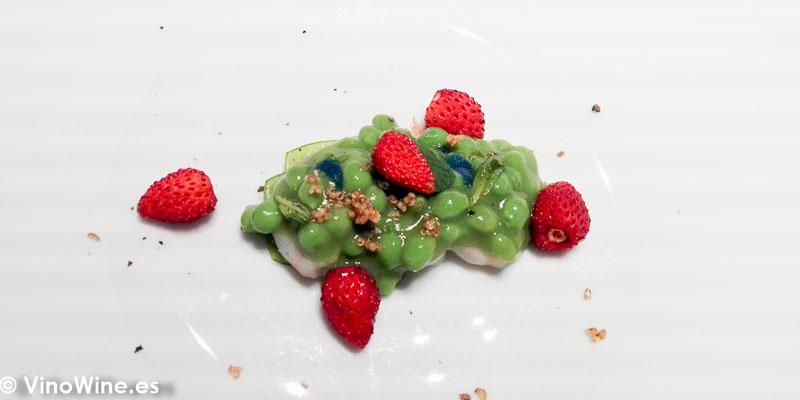 Quisquilla guisantes encurtidos y fresas de Canals del Restaurante Ricard Camarena en Valencia