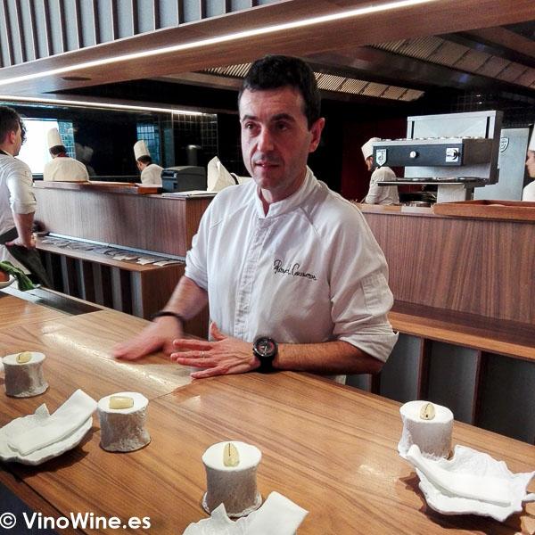 Ricard Camarena explicando los aperitivos en el Restaurante Ricard Camarena de Valencia