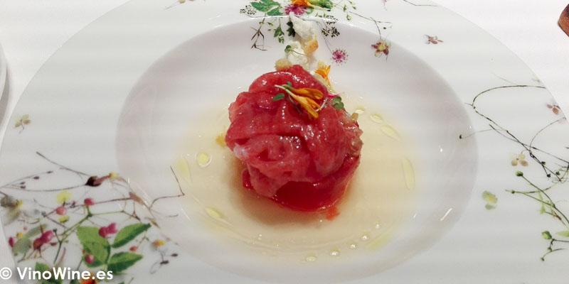 Semiconserva de tomate ecologico ventresca de atun habanero y jugo de tomate ahumado del Restaurante Ricard Camarena en Valencia