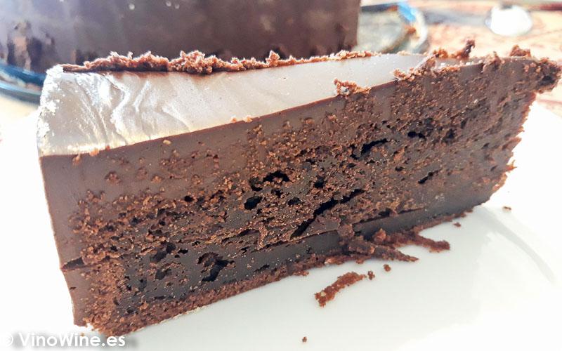 Trozo de tarta mud cake de chocolate