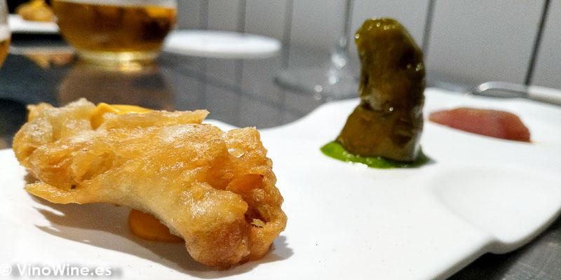 Bonito listado ahumado con salsa de almendras pimiento verde relleno de brandada y boqueron en tempura del Restaurante Canabota de Sevilla