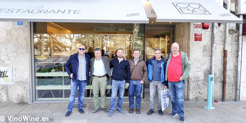 Frente a la puerta del Restaurante Cobo Vintage con ocasion de El Alma de los Vinos Unicos 2019 en Burgos