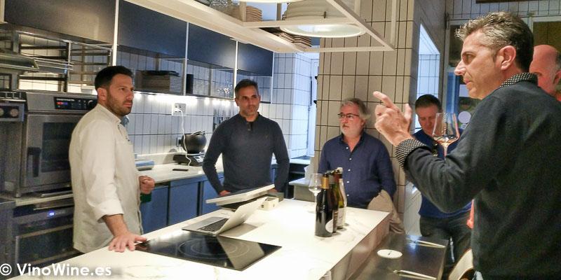 Miembros de los Restauranteros conversando con Juanlu en el Restaurante Cañabota en Sevilla