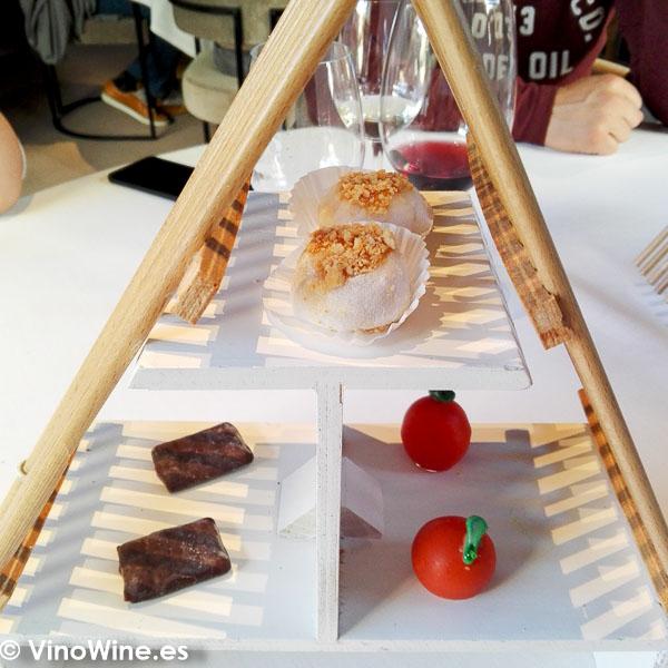 Moshi de boniato galleta de chocolate horchata y café mandarina agua de Valencia Petit Fours del Restaurante La Salita en Valencia