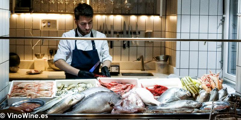 Mostrador de pescados y mariscos del Restaurante Canabota en Sevilla