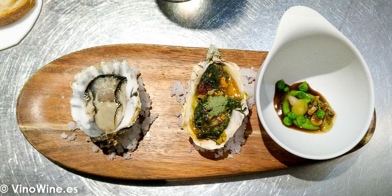 Ostra francesa Ortiguilla al carbon con yema de huevo polvo de algas y migas Navaja con jugo de migas y guisantes del Restaurante Cañabota en Sevilla