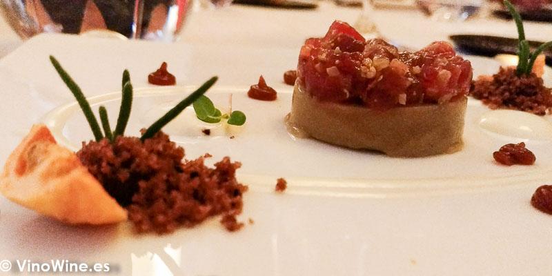 Crema de berenjenas con tartar de atun rojo gel de cebolla asada y pepino del Restaurante Abantal en Sevilla