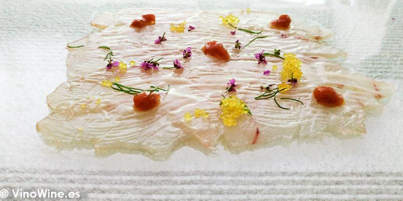 Lubina encurtida holandesa y emulsion de yemas de erizo del Restaurante Tribeca en Sevilla
