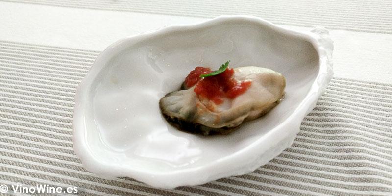Ostra a la brasa con granizado de bloody mary del Restaurante Tribeca en Sevilla