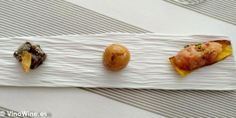 Snacks Tartar de carabinero bombon de changurro y chicharron de atun del Restaurante Tribeca en Sevilla