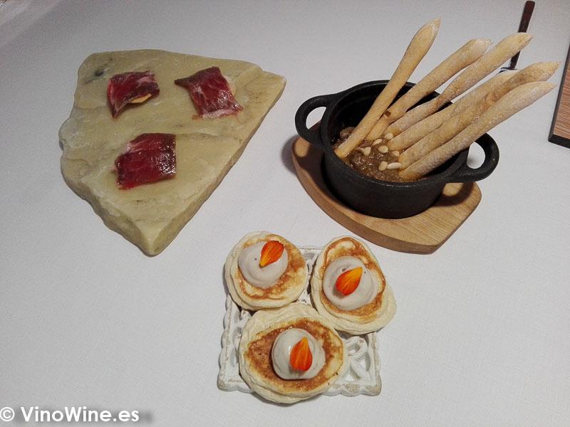 Segundo pase Presa iberica con el adobo clasico de la orza manchega Blini de conejo al ajillo y Ajopringue del Restaurante Maralba en Almansa