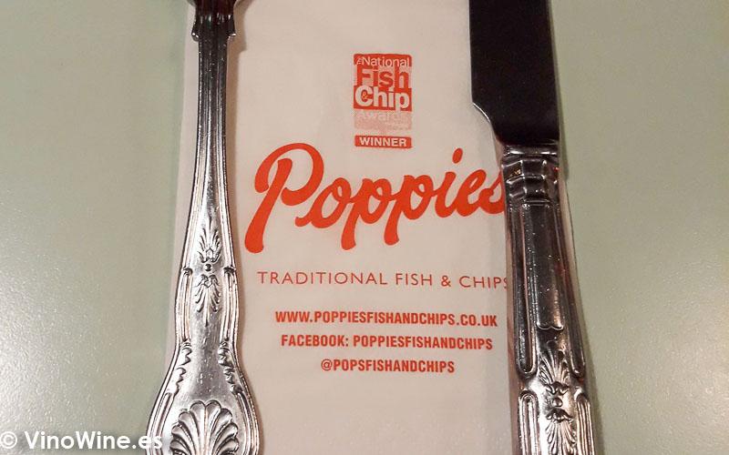 Servicio de cubiertos de Poppies Fish and Chips en el barrio de Camden en Londres