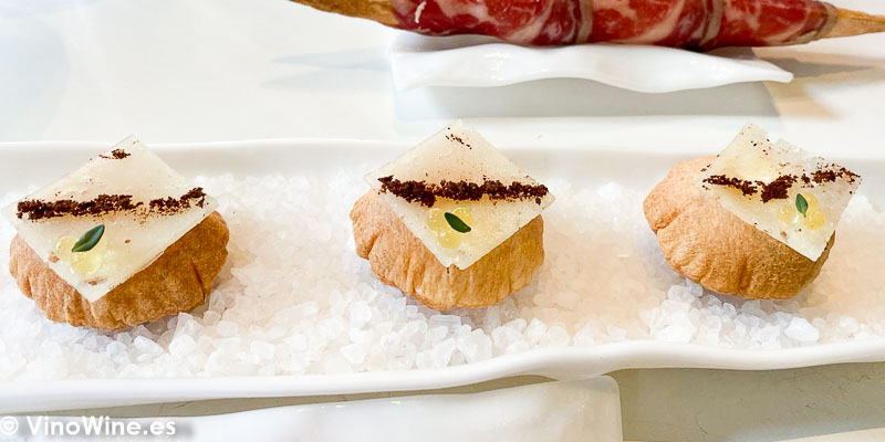Mini airbag de queso del Restaurante Tickets de Barcelona