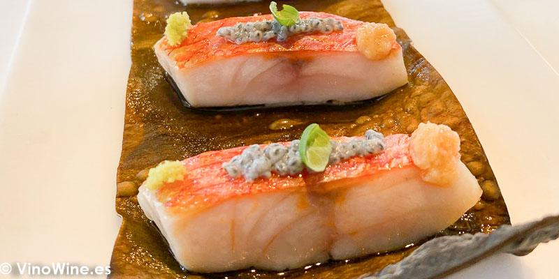 Salmonete al Josper con alga kombu y semillas de albahaca del Restaurante Tickets en Barcelona