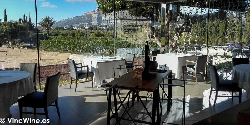 Vista parcial de la tranquila terraza del Restaurante Bonamb de Javea en Alicante