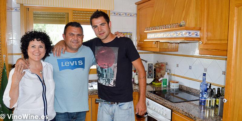 Ana Juan Toni Grimalt y Chimo en la cocina preparando la Receta de Salmon negro