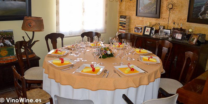 Mesa de casa de Toni Grimalt en la que disfrutamos de la Receta de Salmon negro