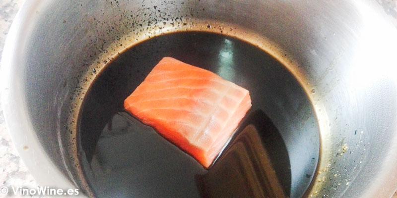 Tiznando el salmon para la Receta de Salmon negro de Toni Grimalt