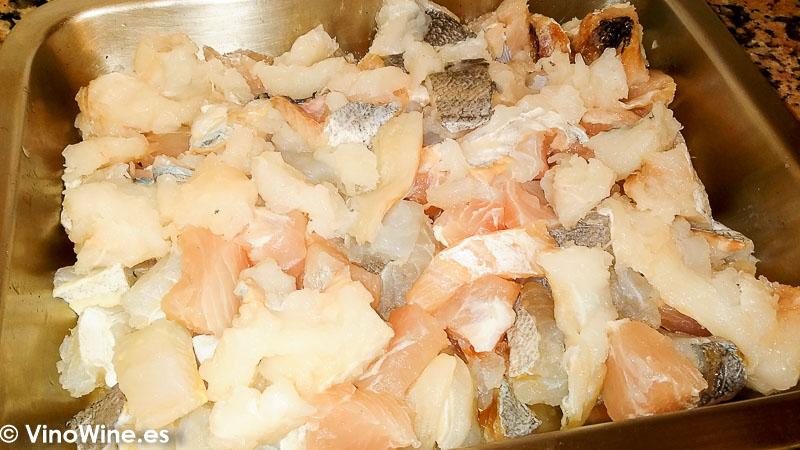 Cortamos los pescados para elaborar la Receta de lasagna de pescado de Toni Grimalt